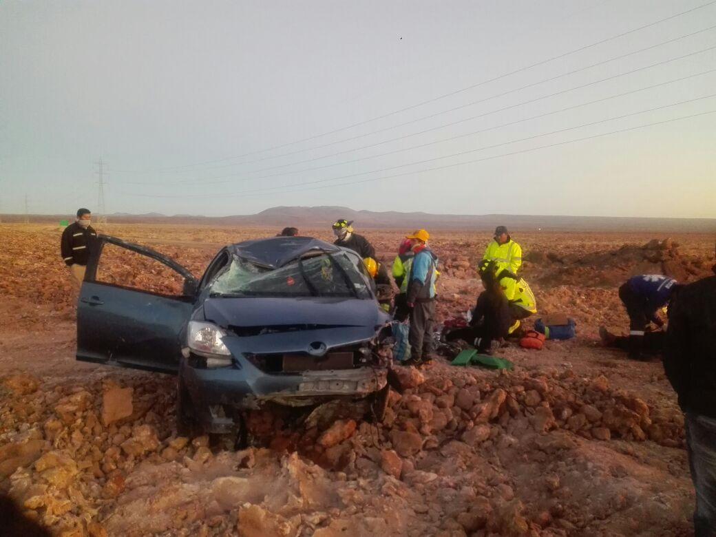 Photo of (FOTOS) Cuatro personas heridas en volcamiento