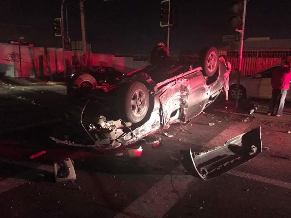 Photo of Vecinos retienen a conductor que escapó luego de chocar contra un poste en Las Dunas