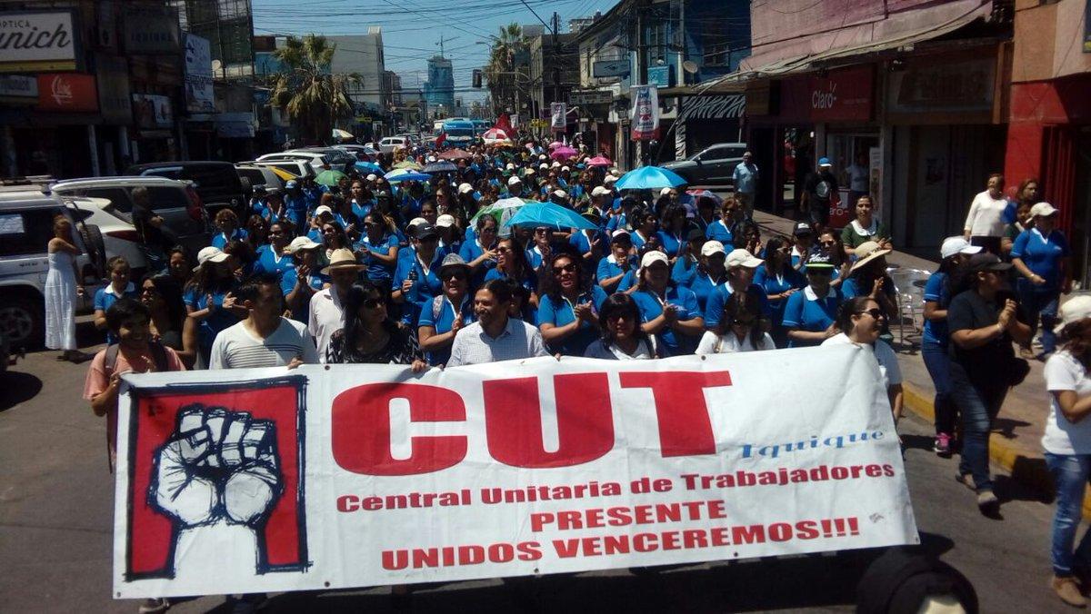 Photo of Está pasando: Funcionarios públicos de Iquique marchan al edificio de la Intendencia