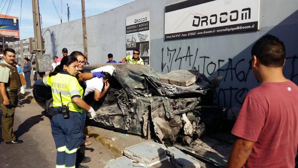 Photo of Deportivo de lujo volcó y atropelló a dos personas
