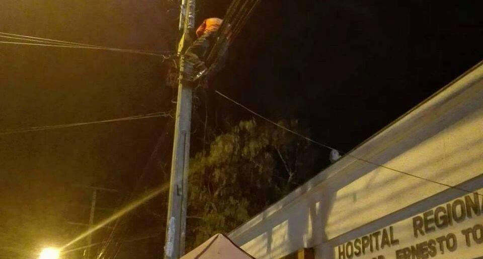 Photo of Extranjero amenazó con lanzarse desde poste en las afueras del hospital